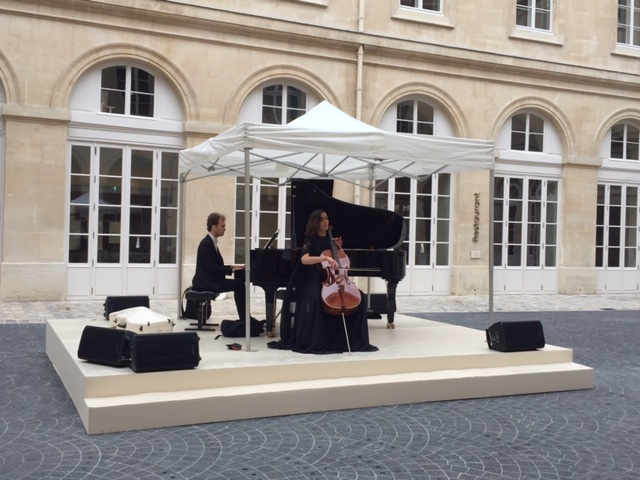 """Konzert im Innenhof des neuen Museums """"Hotel de la Marine"""" in Paris"""